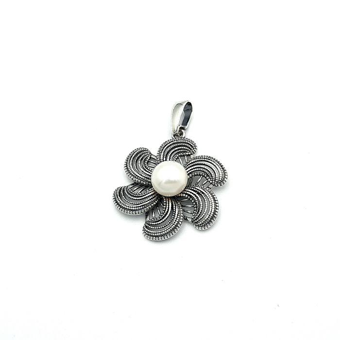 Wisiorek srebrny w kształcie kwiatka z perełką